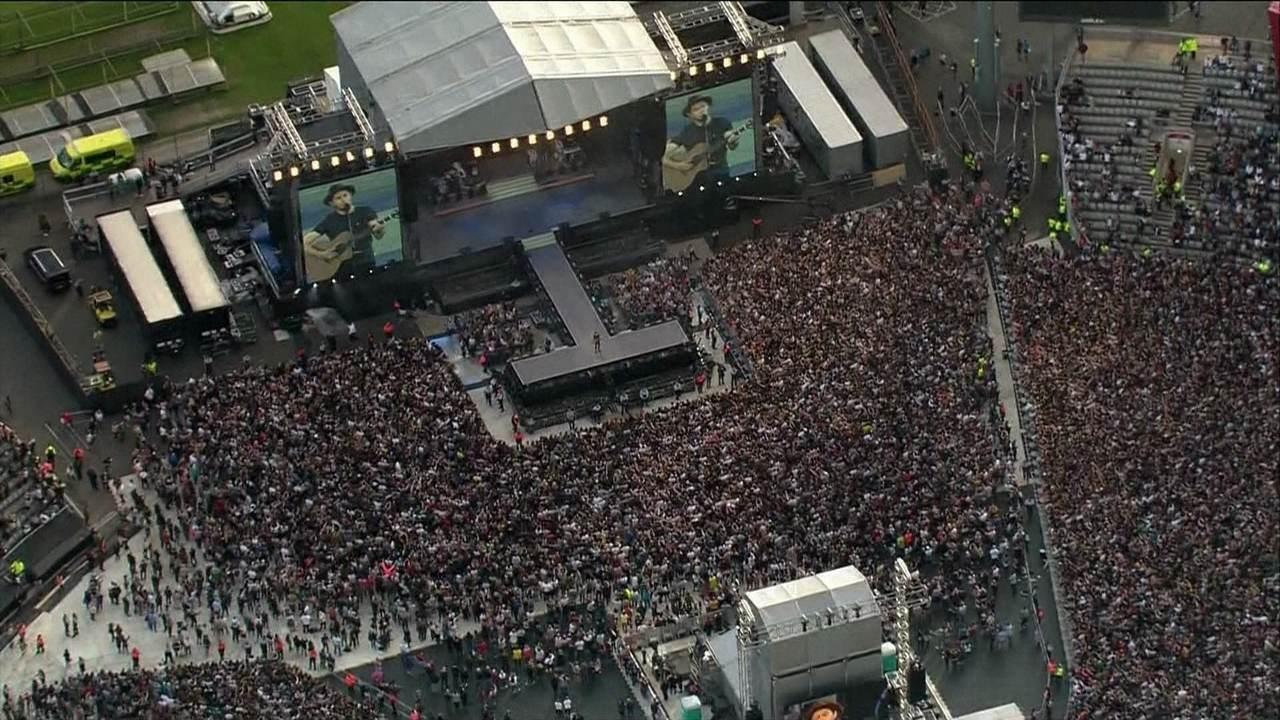Ariana Grande e vários artistas fazem show beneficente em Manchester