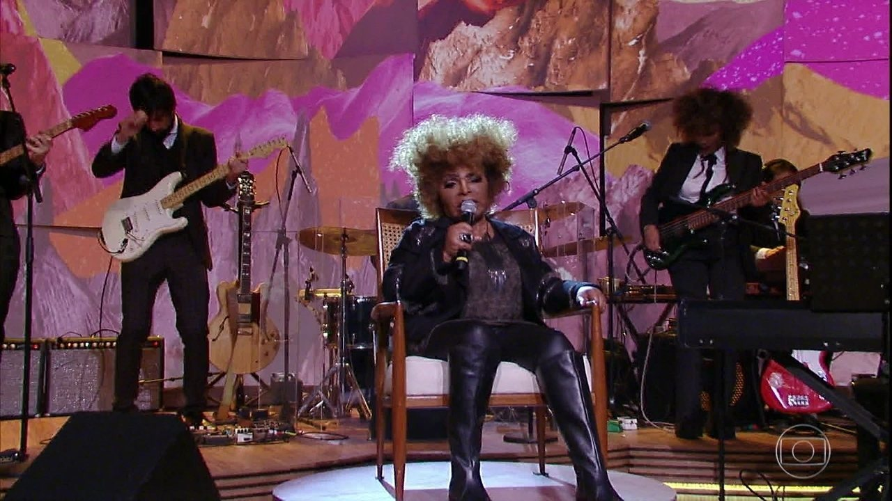 Elza Soares abre programa cantando