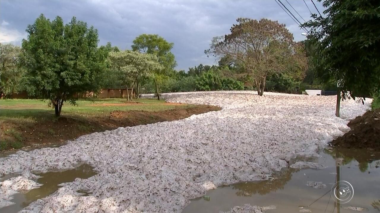 Espuma do Rio Tietê volta a invadir ruas em Salto após temporal