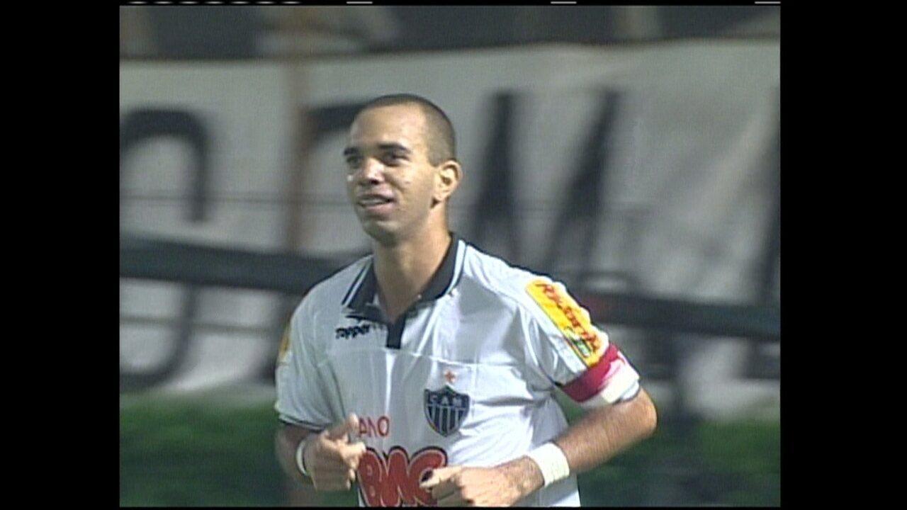 Em um jogo de sete gols, o Vitória venceu o Galo com hat-trick e