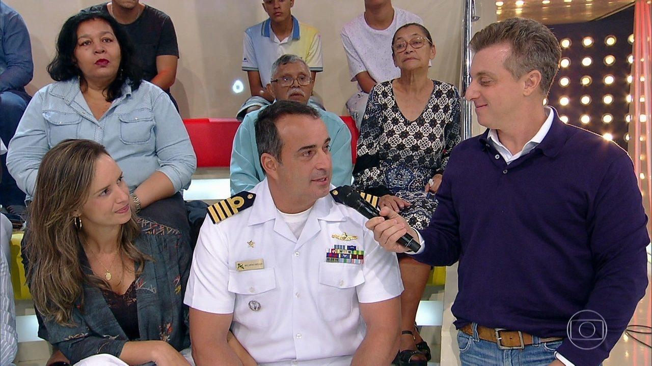 Luciano Huck recebe os militares no palco do 'Caldeirão'