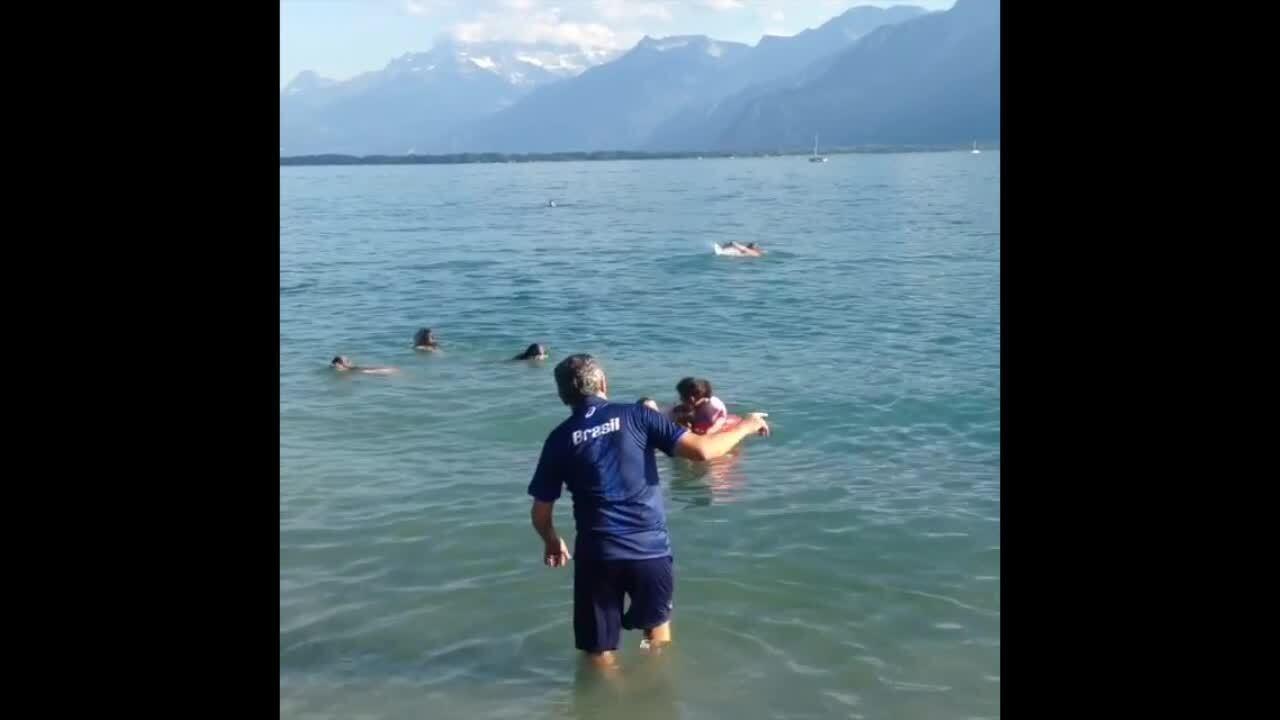 José Roberto Guimarães mergulha em lago na Suíça após título da seleção feminina de vôlei