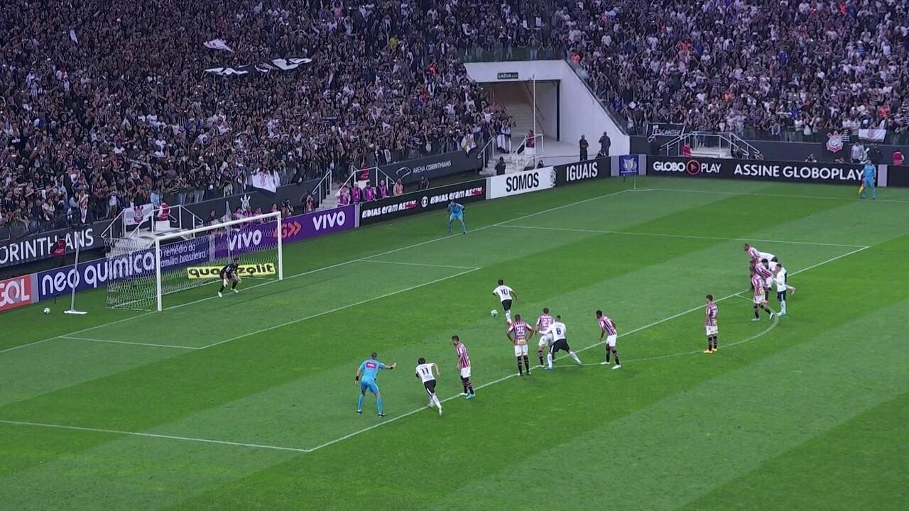 Gol do Corinthians! Jadson cobra pênalti e amplia, aos 18' do 2º Tempo