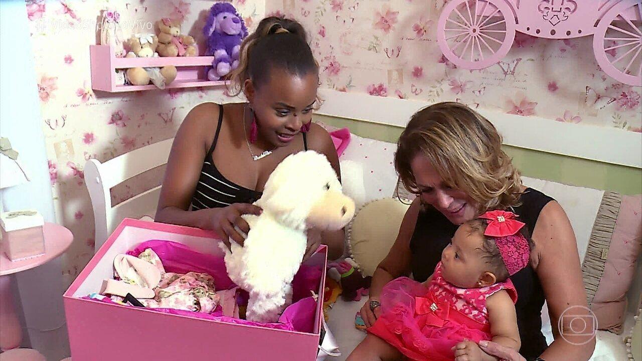 Suzana Vieira visita sua afilhada Linda Flor, filha de Roberta Rodrigues