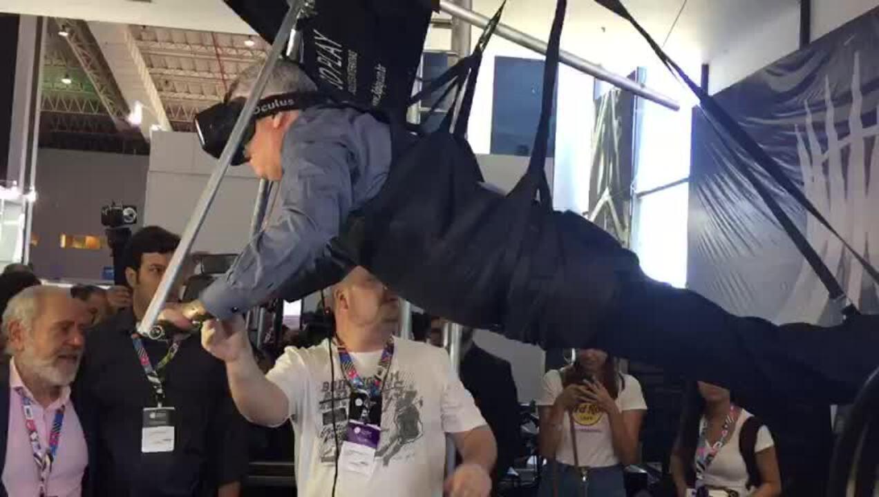 Governador Rodrigo Rollemberg testa simulador de asa delta na Campus Party