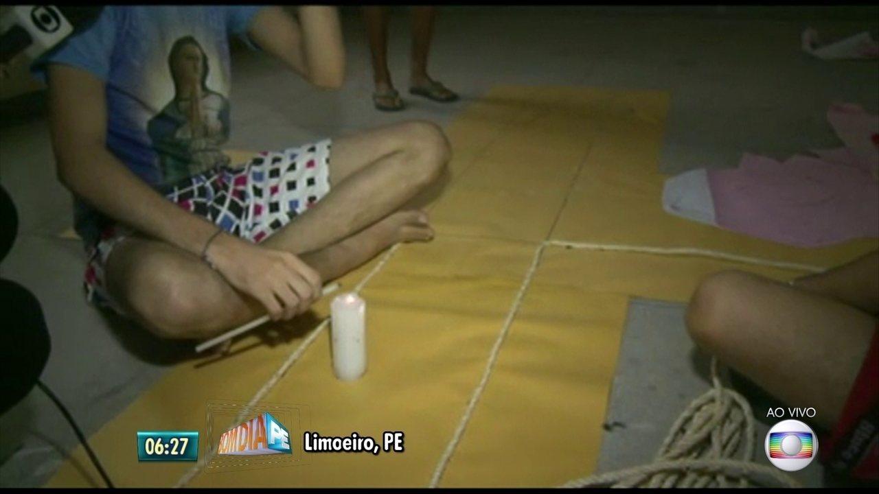 Moradores de Limoeiro, no Agreste de Pernambuco, confeccionam tapetes de Corpus Christi