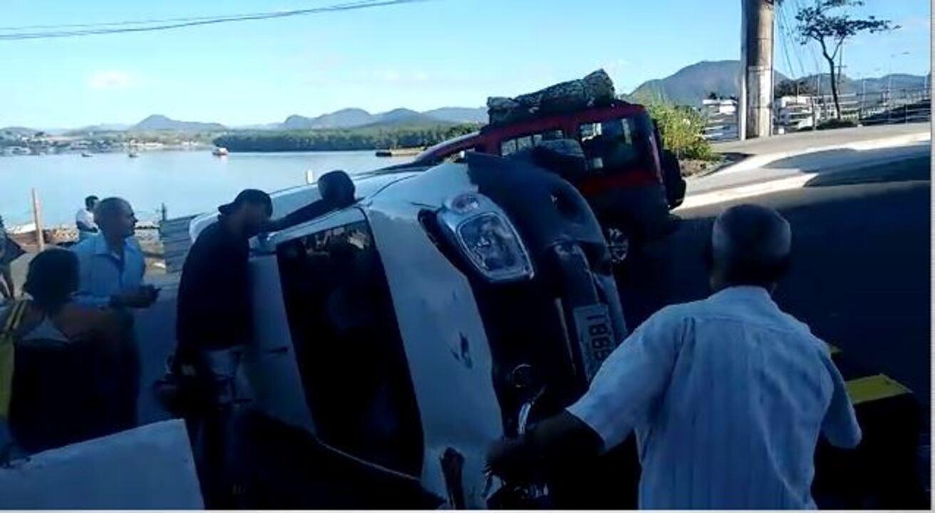 Motorista perde o controle e carro tomba na ponte de Guarapari, ES