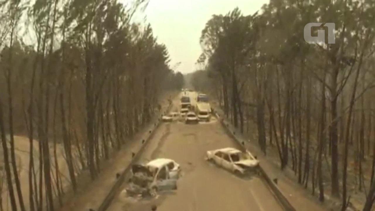 Imagens feitas por drone mostram destroços de carros após incêndio florestal em Portugal