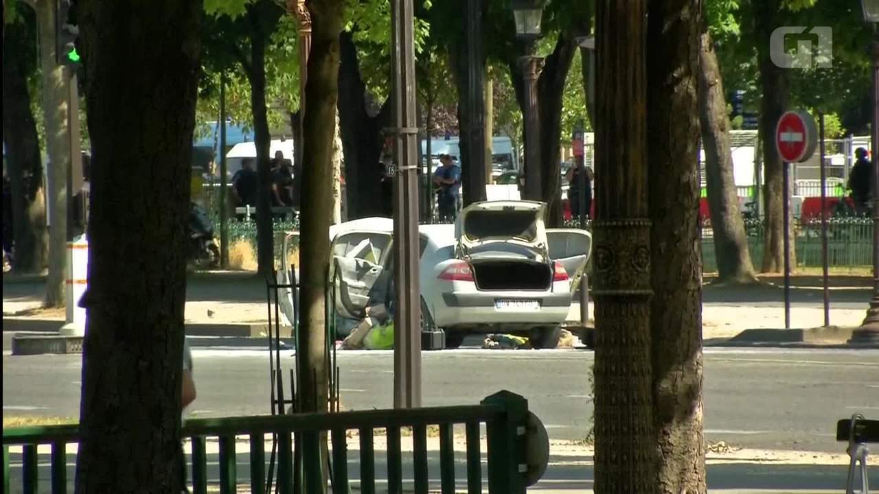Carro bate em van da polícia e pega fogo na Avenida Champs Élysées, em Paris