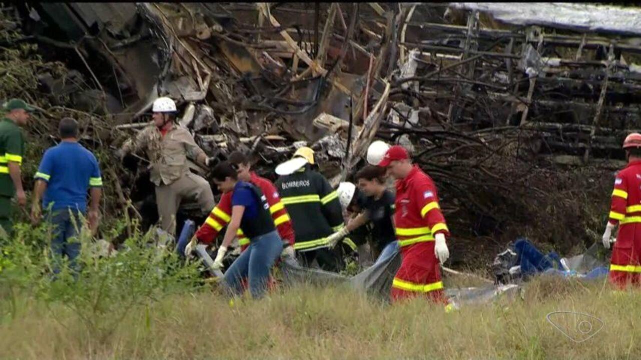 Equipe de resgate recolhe corpos do local do acidente na BR-101, no ES