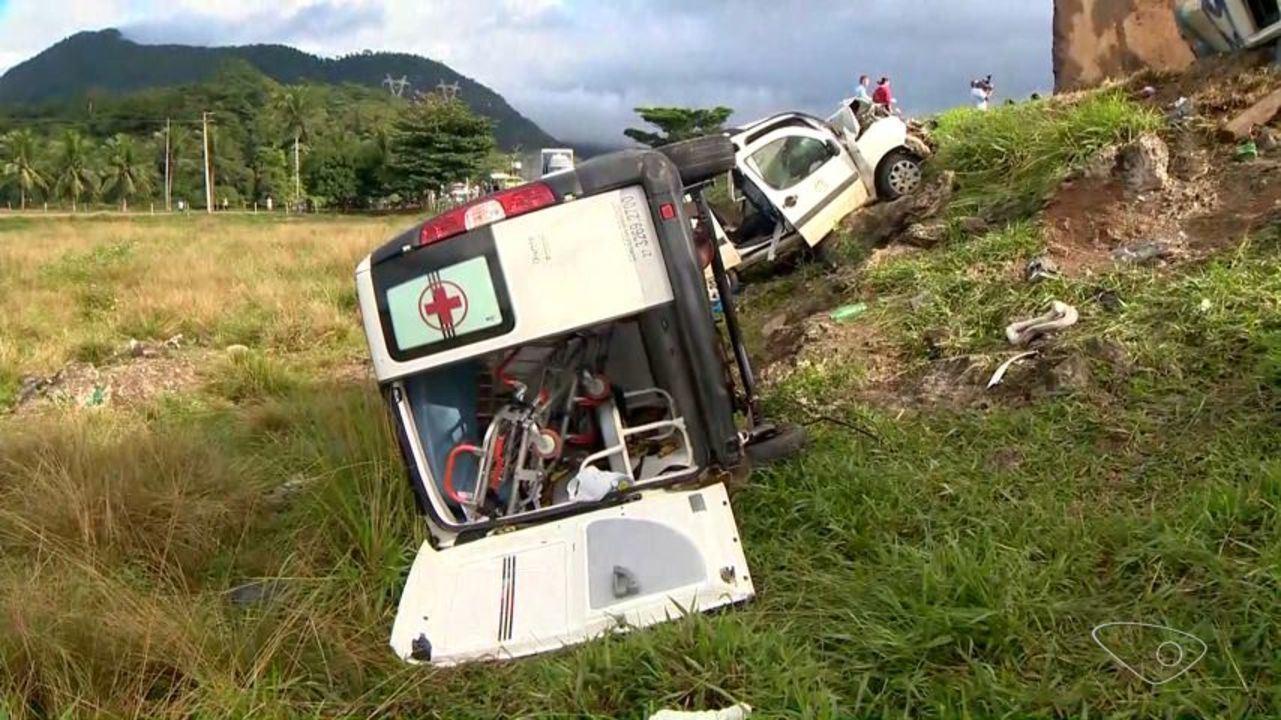 Duas ambulâncias que transportavam pacientes para Vitória se envolvem em acidente