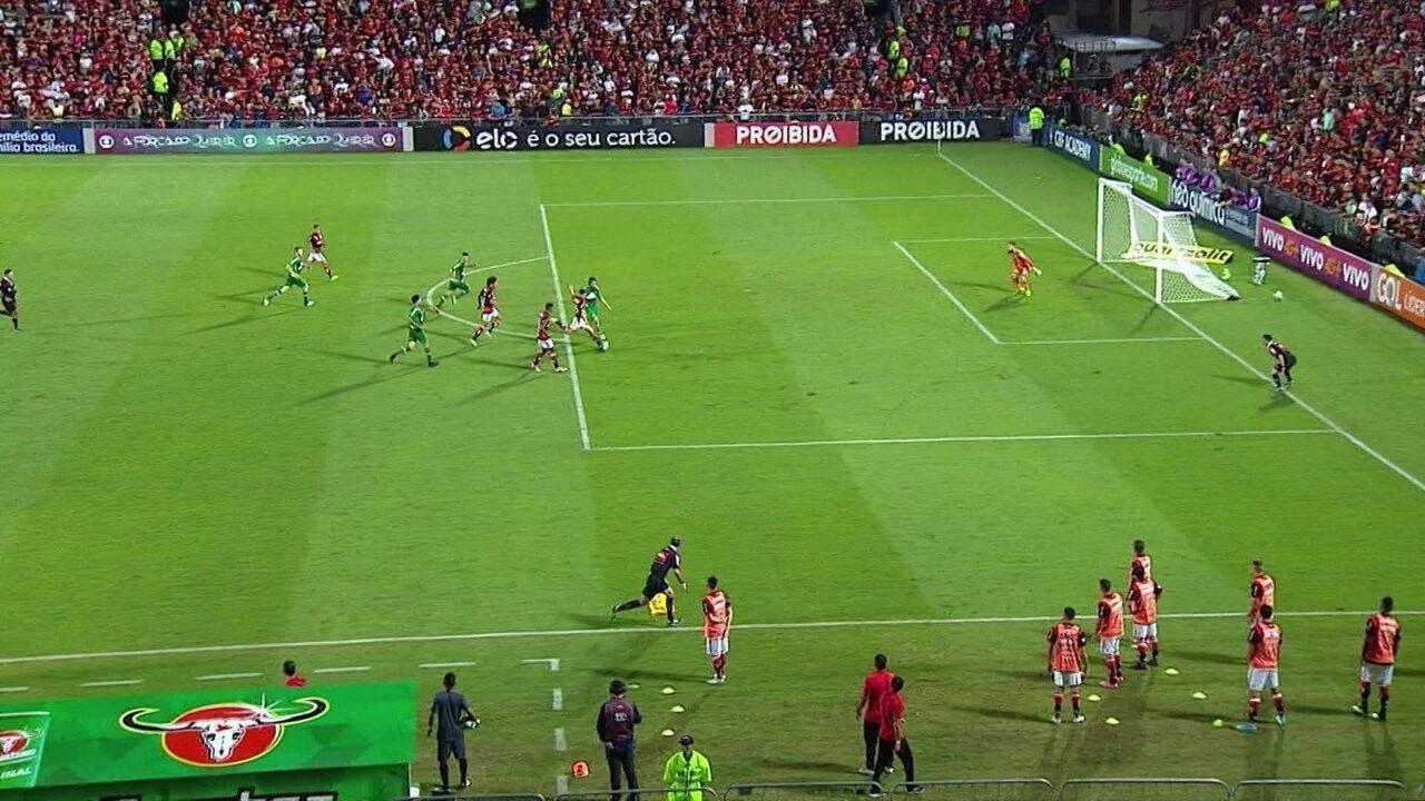 Gol do Flamengo! Diego recebe, domina e chuta para fazer o quarto, aos 33' do 2º Tempo