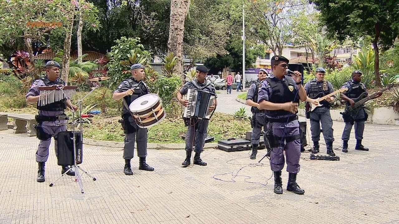 Parte 1: Policiais fardados surpreendem população ao tocarem em banda