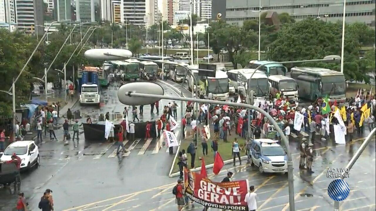 Dia de paralisações: grupo fecha a via e faz protesto na Avenida ACM
