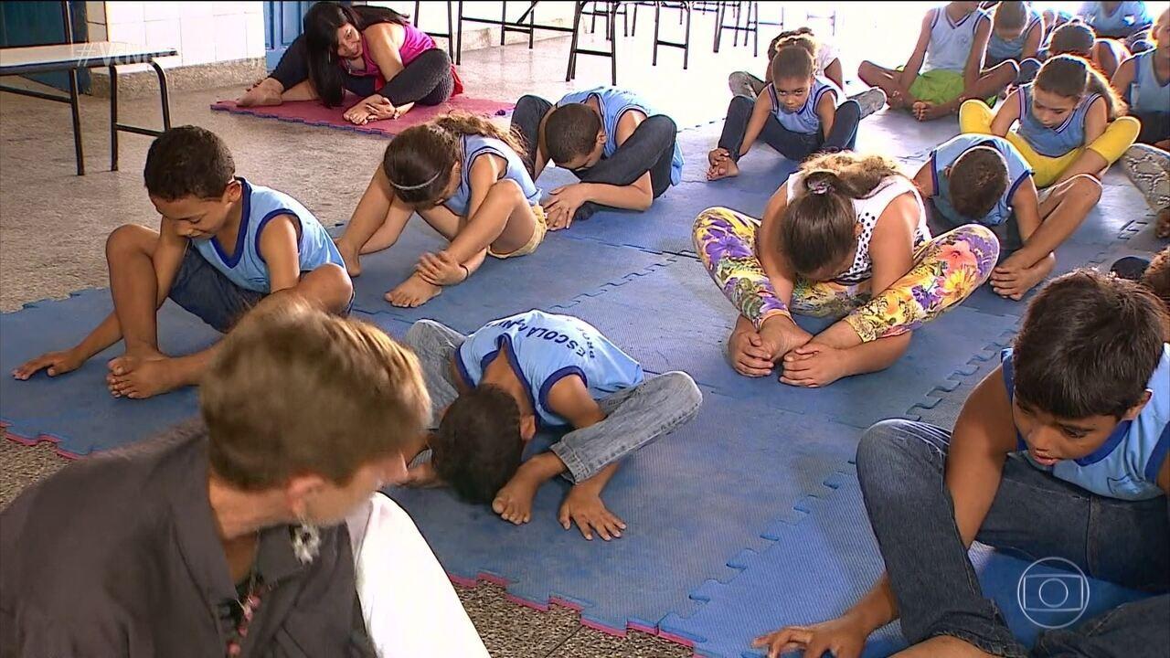 Escola usa yoga e meditação para aumentar a concentração dos alunos