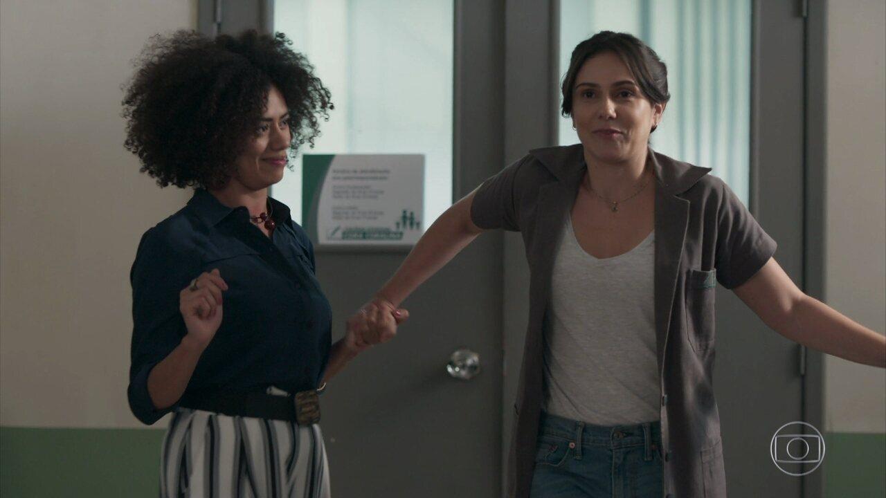 Dóris ajuda Josefina a andar de salto