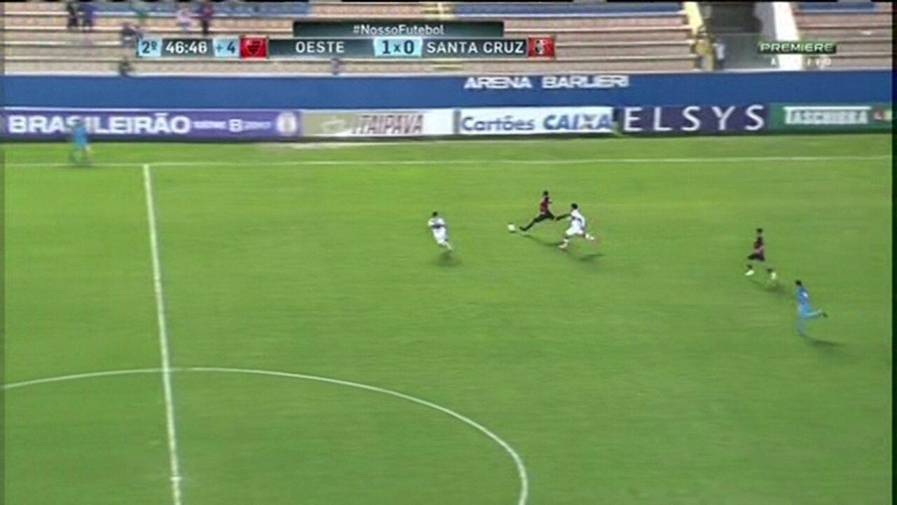 Aos 46, Fernando Aguiar aproveita gol aberto e marca de antes do meio de campo