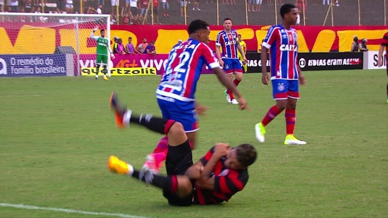 Kieza sofre entrada dura, recebe atendimento e deixa a partida contra o Bahia