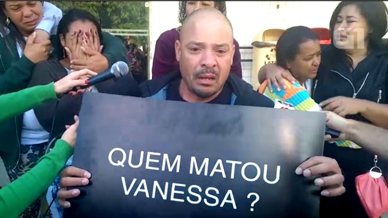 Família da menina Vanessa dos Santos protesta contra violência na porta do IML