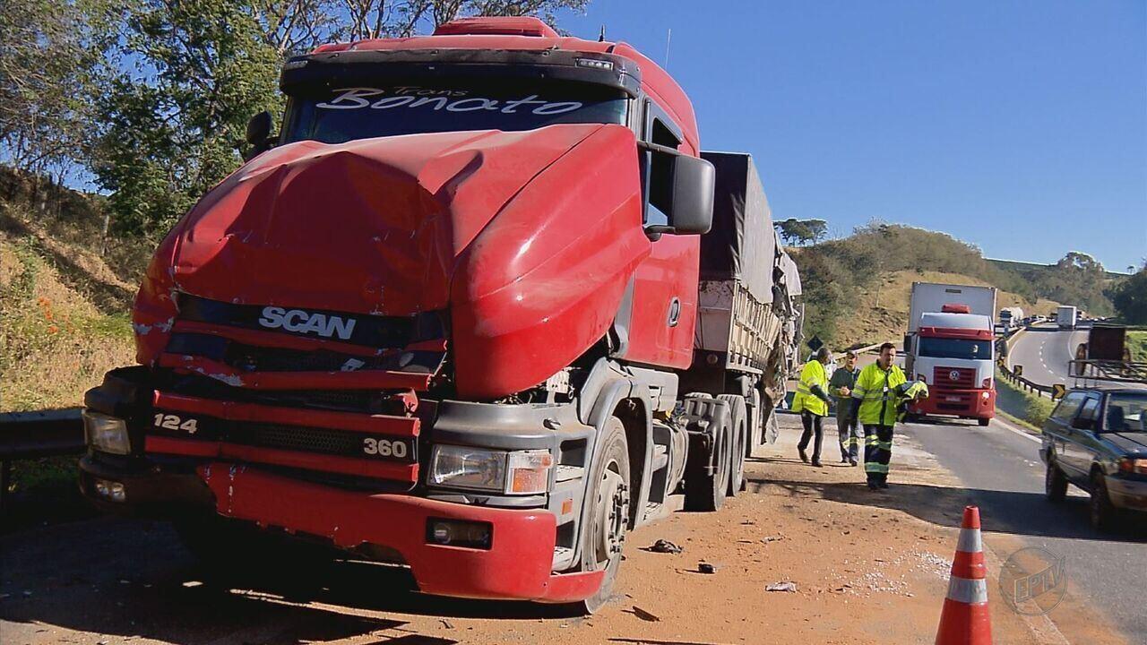 Três carretas e um carro batem na Rodovia Fernão Dias, em Carmo da Cachoeira (MG)