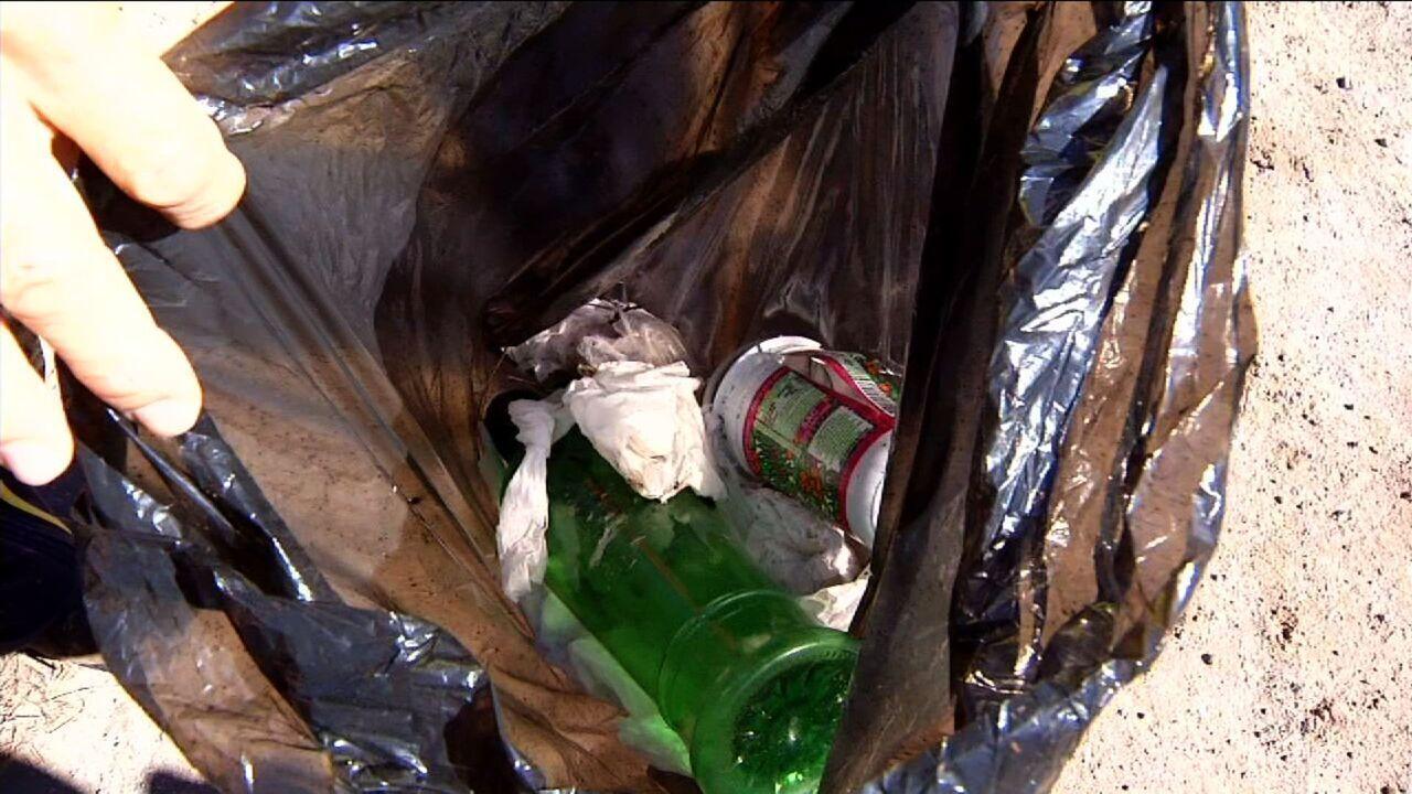 Voluntários recolhem lixo deixado por visitantes no Parque Nacional do Itatiaia, RJ