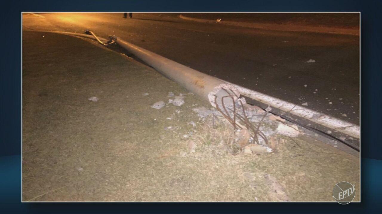 Motorista derruba três postes durante batida em Limeira