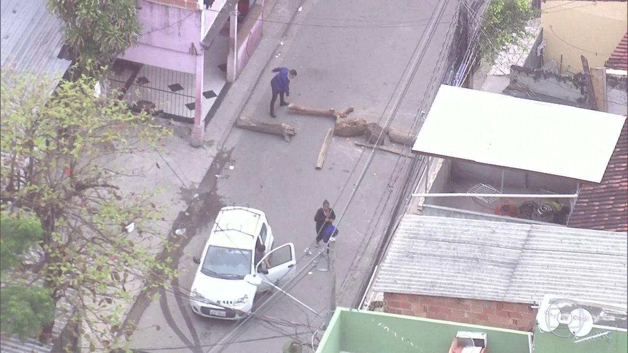 Barricadas são colocadas no acesso à favela de Acari