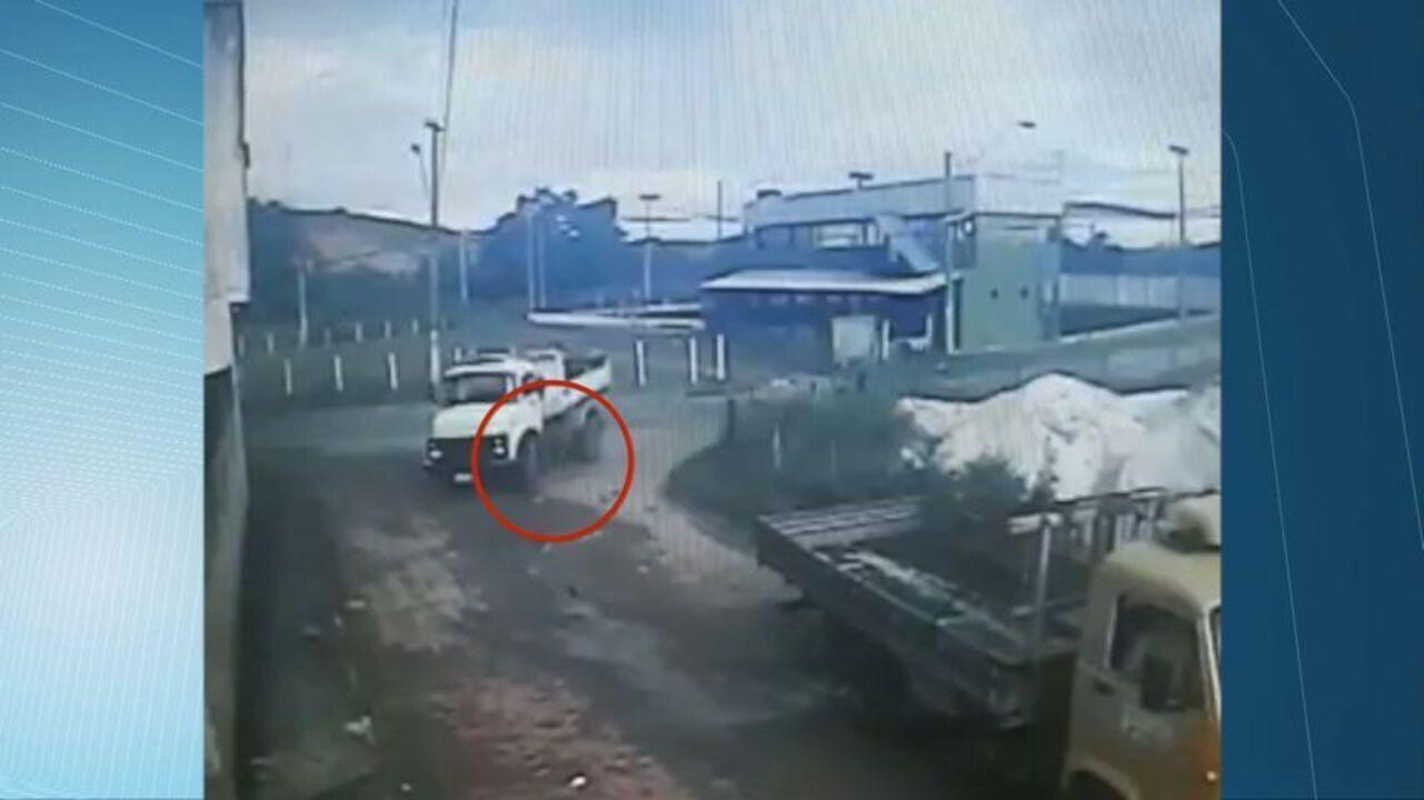 Motociclista vai parar debaixo de caminhão após atingir veículo, em Viana, ES