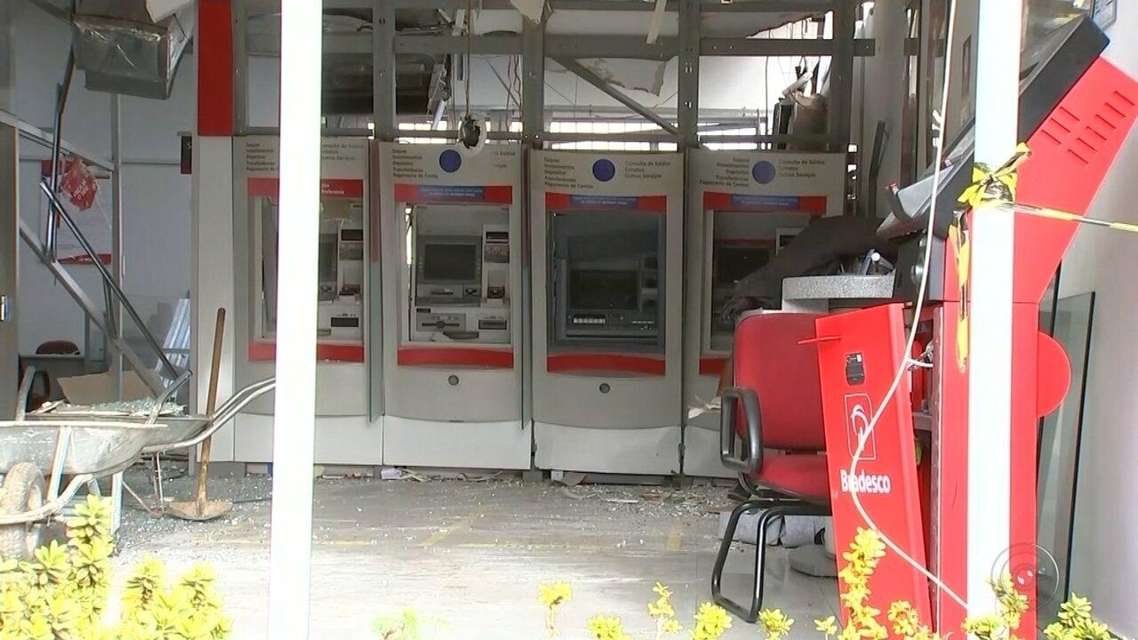 Ladrões explodem caixas eletrônicos de agência bancária em Itajobi