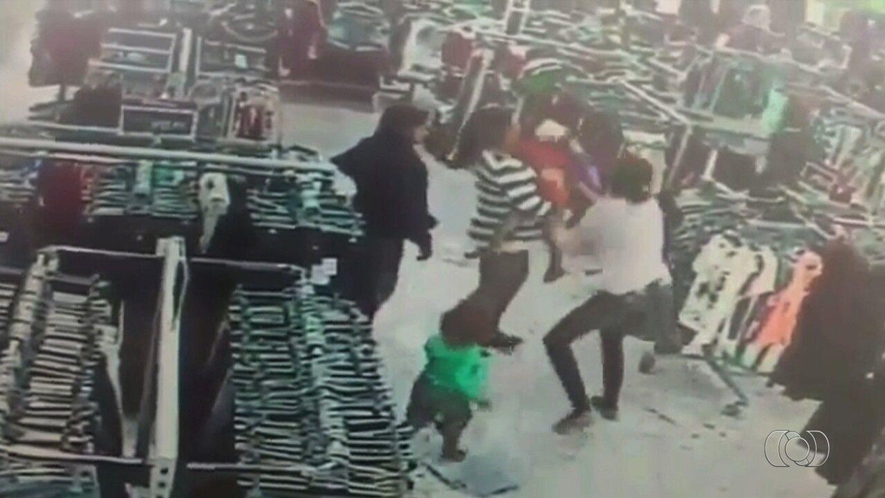 Criança é salva por PMs após engasgar e desmaiar dentro de loja em Luziânia