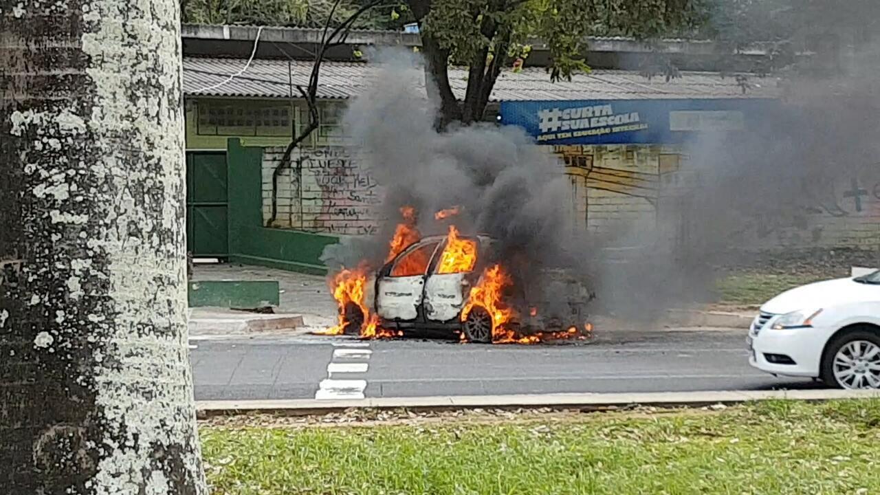 Carro pega fogo na Avenida Garibaldi, sentido Paralela
