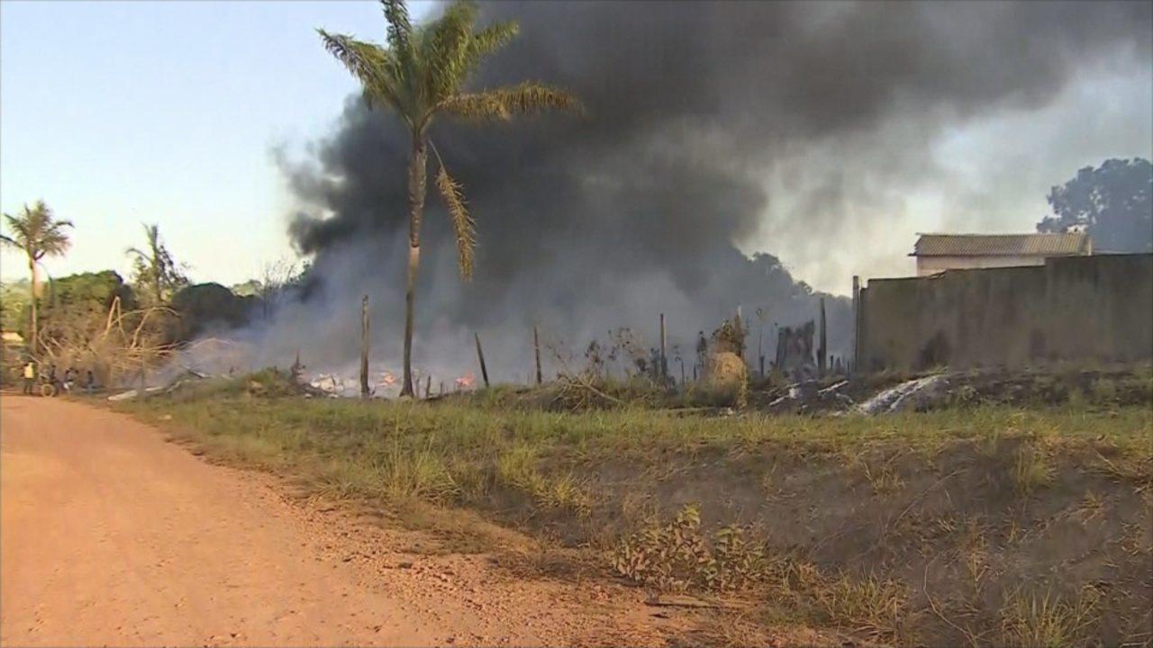 Fogo atinge fábrica de reciclagem plástica e gera coluna gigante de fumaça tóxica