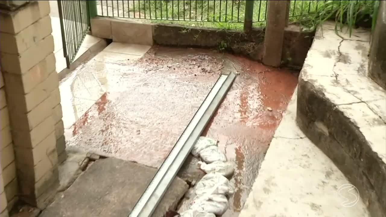 Vazamento preocupa quem vive em conjunto habitacional, em Resende, RJ