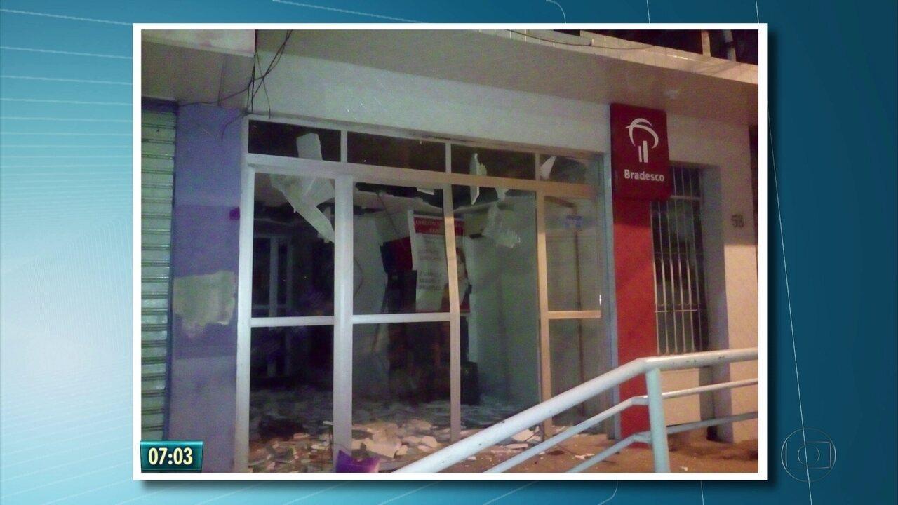 Bandidos arrombam caixas eletrônicos de bancos em Bom Jardim, em Pernambuco