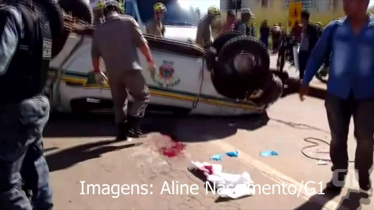 Viatura da polícia capota em rodovia no Acre e PM fica preso às ferragens