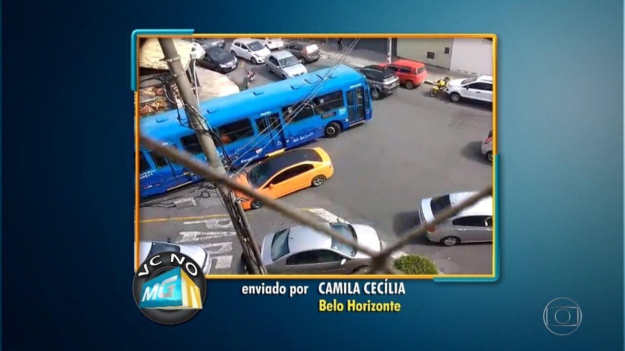 Moradora filma tráfego confuso perto de escola no bairro Silveira, em BH