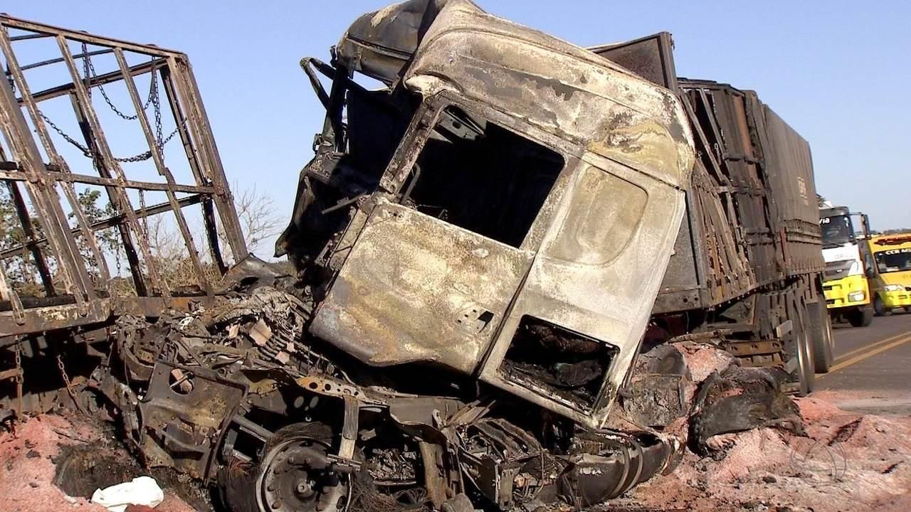 Acidente entre três caminhões e um carro deixa duas pessoas mortas em Campo Grande