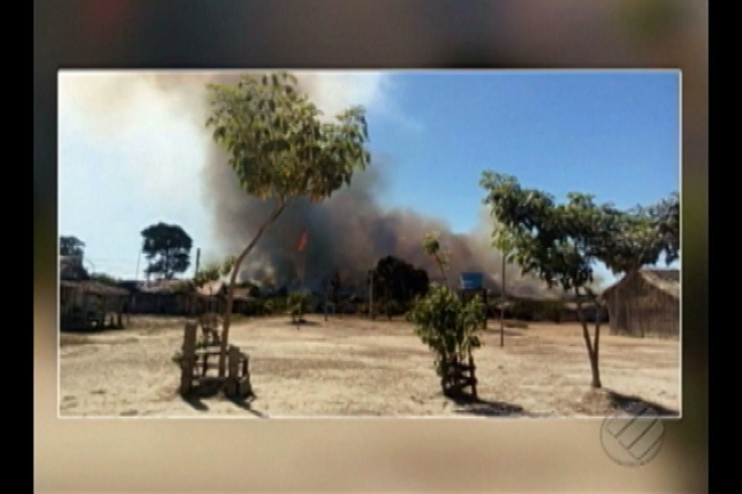 Área de pasto no entorno do acampamento pegou fogo.