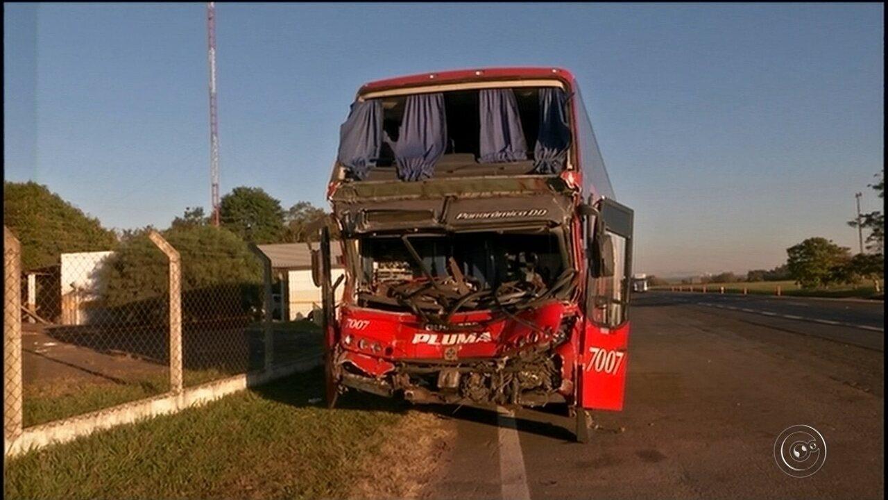 Acidente entre ônibus e caminhão bitrem deixa feridos na Castello Branco