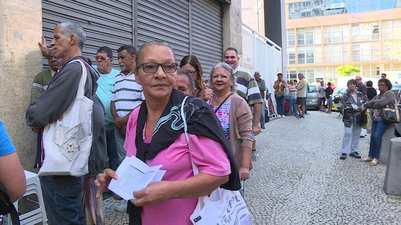 Servidores estaduais enfrentam mais um dia de fila para receber doações de alimentos