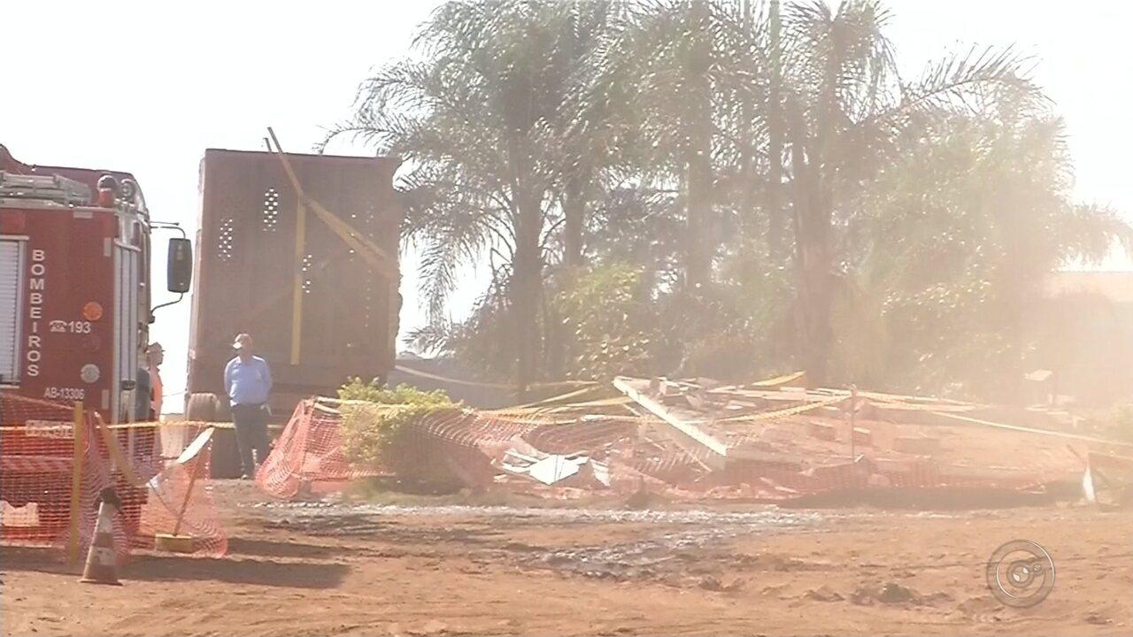 Caminhão bate em guarita e homem morre após ser soterrado por escombros