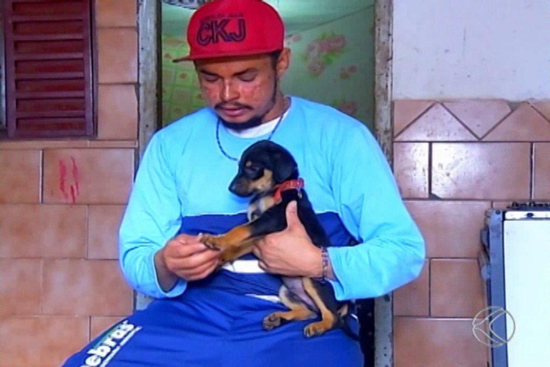 Heróis do Cotidiano: cão abandonado é resgatado por coletor de lixo em Uberaba
