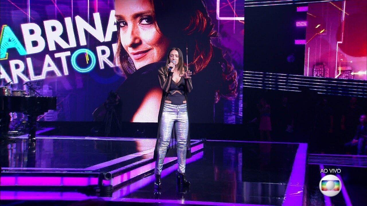 """Sabina Parlatore canta sucesso """"Love Yourself"""""""