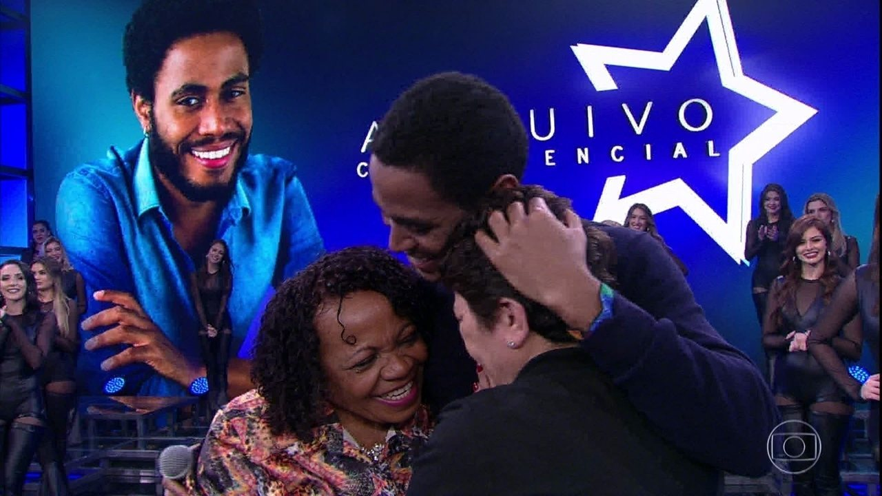 Mãe de Ícaro Silva encontra com o filho no palco do 'Domingão'