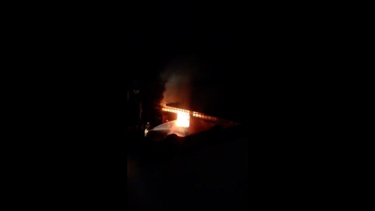 Bombeiros combatem incêndio em supermercado em Petrópolis, no RJ
