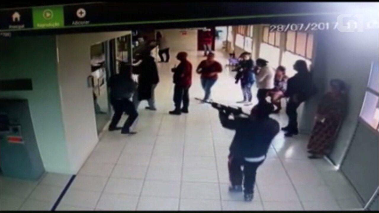 Resultado de imagem para Com fuzis, três ladrões assaltam agência bancária na Prefeitura de Pontal do Paraná