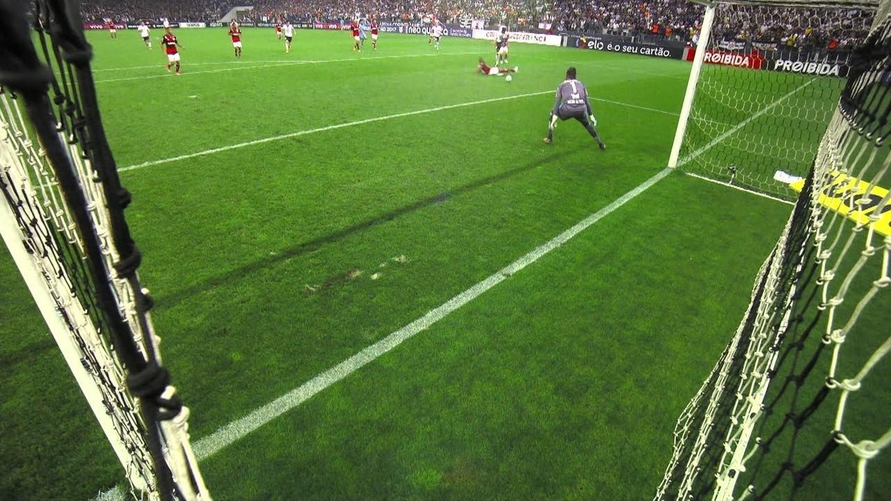 Diego Alves!Jô chuta e goleiro faz grande defesa, aos 45' do 2º Tempo