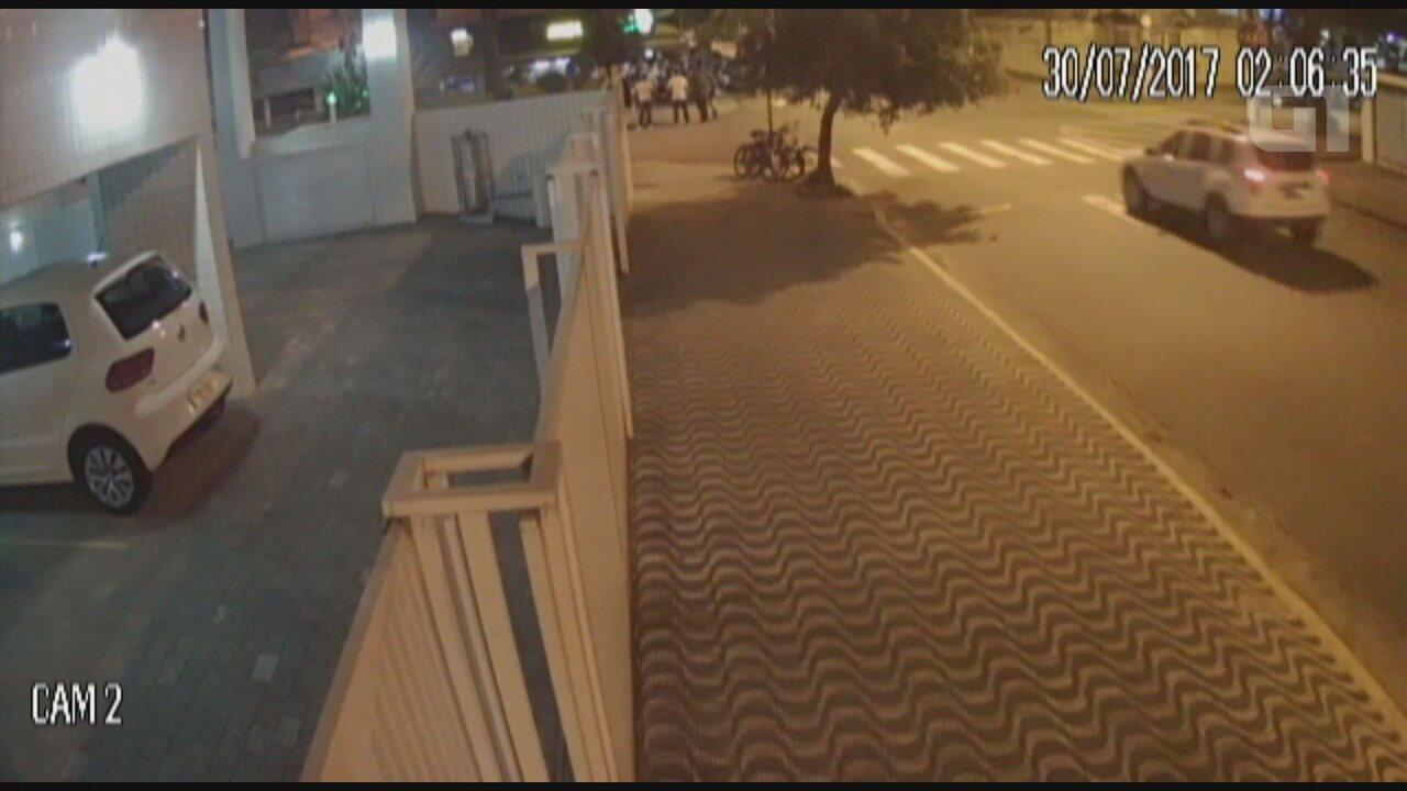 Câmeras flagram carro invadindo bar em Santos, SP