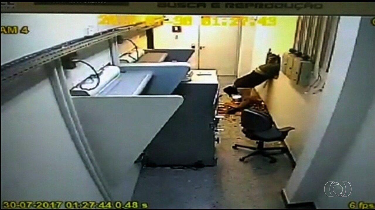 Ação foi registrada por câmeras de segurança do banco