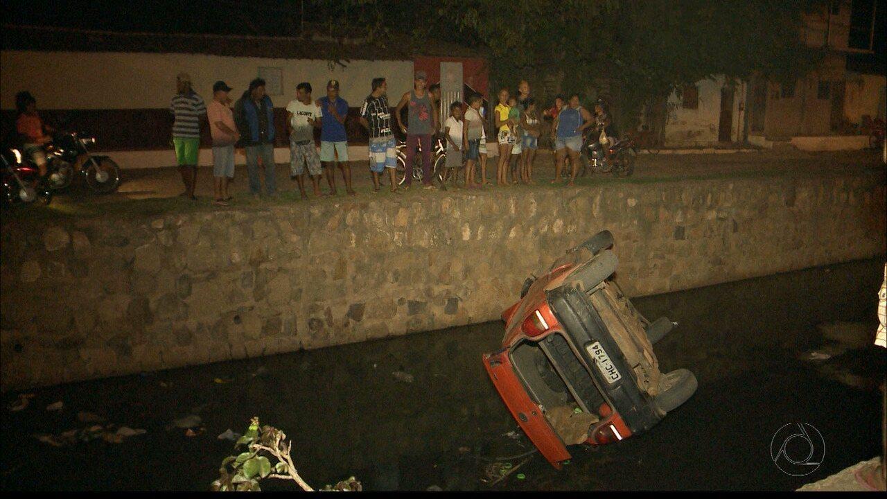 Carro cai em canal da cidade de Sousa